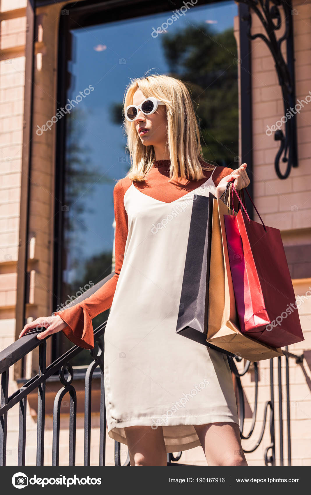 1672b737b7 Χαμηλή Γωνία Προβολής Κομψό Νεαρή Γυναίκα Ξανθιά Γυαλιά Ηλίου Κρατώντας — Φωτογραφία  Αρχείου