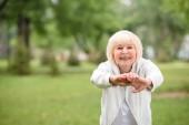 Fotografie Ältere Sportlerin Ausübung auf grünen Rasen im park