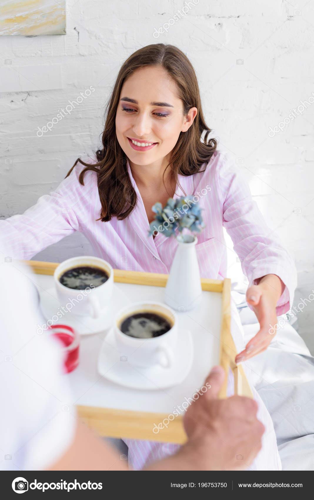 Пальчиками утром с молодой женой девушки познакомиться девушкой