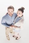 vysoký úhel pohledu usměvavý manželský pár, drželi se za ruce společně izolované na bílém