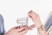 Fotografia ritagliata colpo di coppia che tiene vuoto piccolo carrello nelle mani insieme isolate su bianco