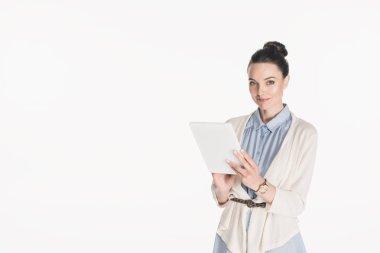 Dijital tablet üzerinde beyaz izole ile casual giyim gülümseyen kadın portresi