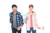 Fotografie junges Paar in Stirnbänder mit Farbroller und Pinsel isoliert auf weißem Hintergrund