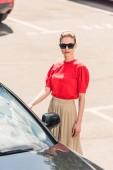 pohled z úhlu vysoké stylové mladých žen modelu v otevření dveří auta sluneční brýle