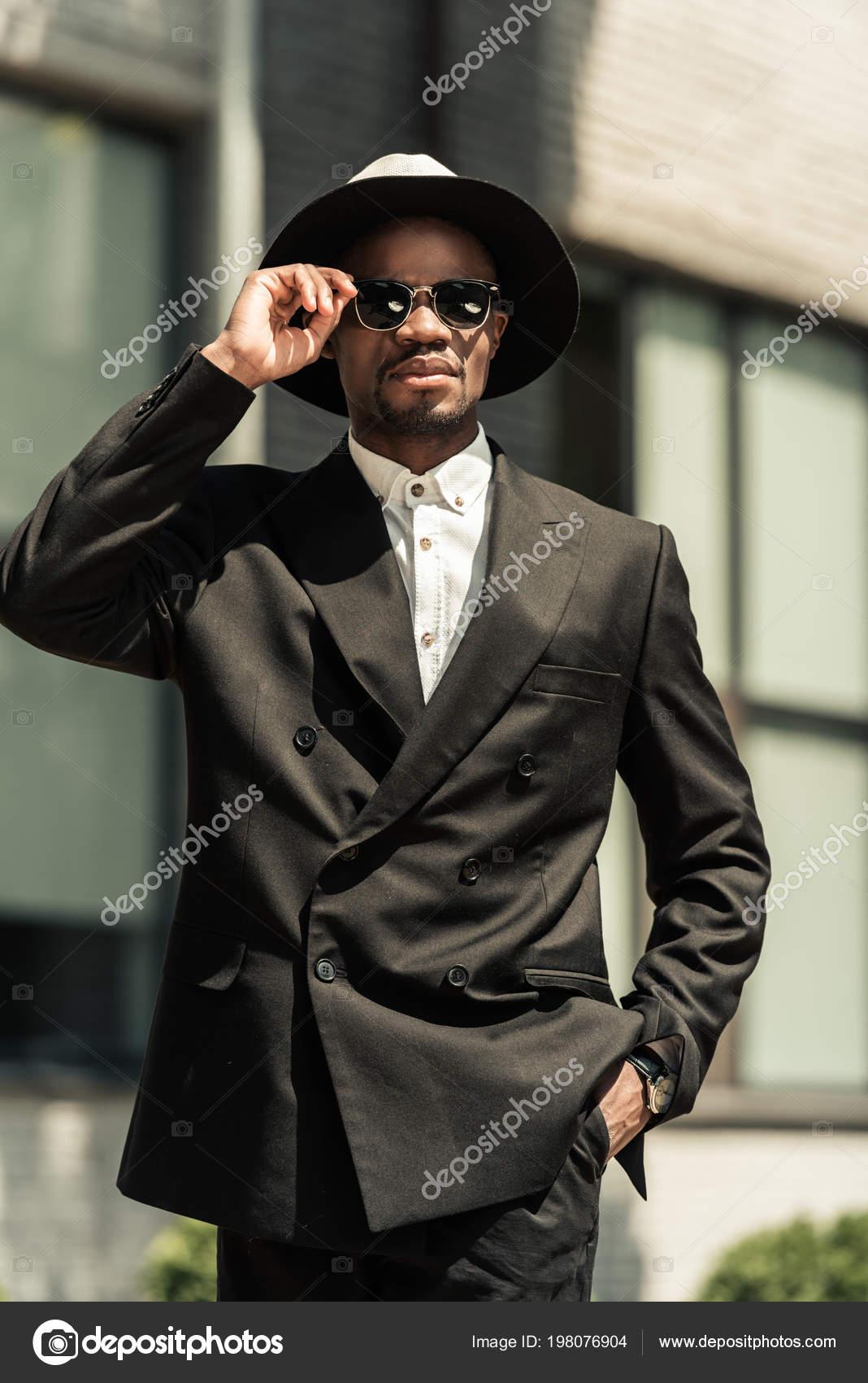 Красивий молодий афроамериканець бізнесмен носити капелюх fedora і сонцезахисні  окуляри — Фото від IgorVetushko 1a5858c610137