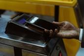 Oříznutý pohled na mužské ruky s smartphone placení jízdného MHD