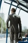 Fotografia Uomo daffari afroamericano vestito cammina sulla stazione ferroviaria