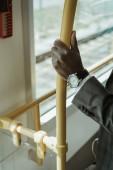 Fotografie Oříznutý pohled na americký podnikatel nosit hodinky při vlakem