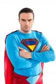 magabiztos, jóképű superman keresztezett karokkal állt, és nézte a kamera elszigetelt fehér