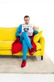 Fotografie voller Länge Blick auf schweren männlichen Superhelden auf der Couch sitzen und lesen Wirtschaftszeitung isoliert auf weiss