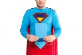 Fotografie zugeschnittenen Schuss des Mannes in Superhelden-Kostüm holding leeres Feld mit Seifenpulver isoliert auf weiss