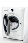 Nyissa meg a mosógép fehér ruha