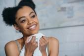 portrét usměvavou americkou afričanku v ložnici