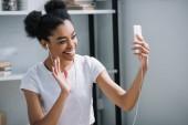 Fotografie glückliche junge Frau video Anruf mit Smartphone zu Hause