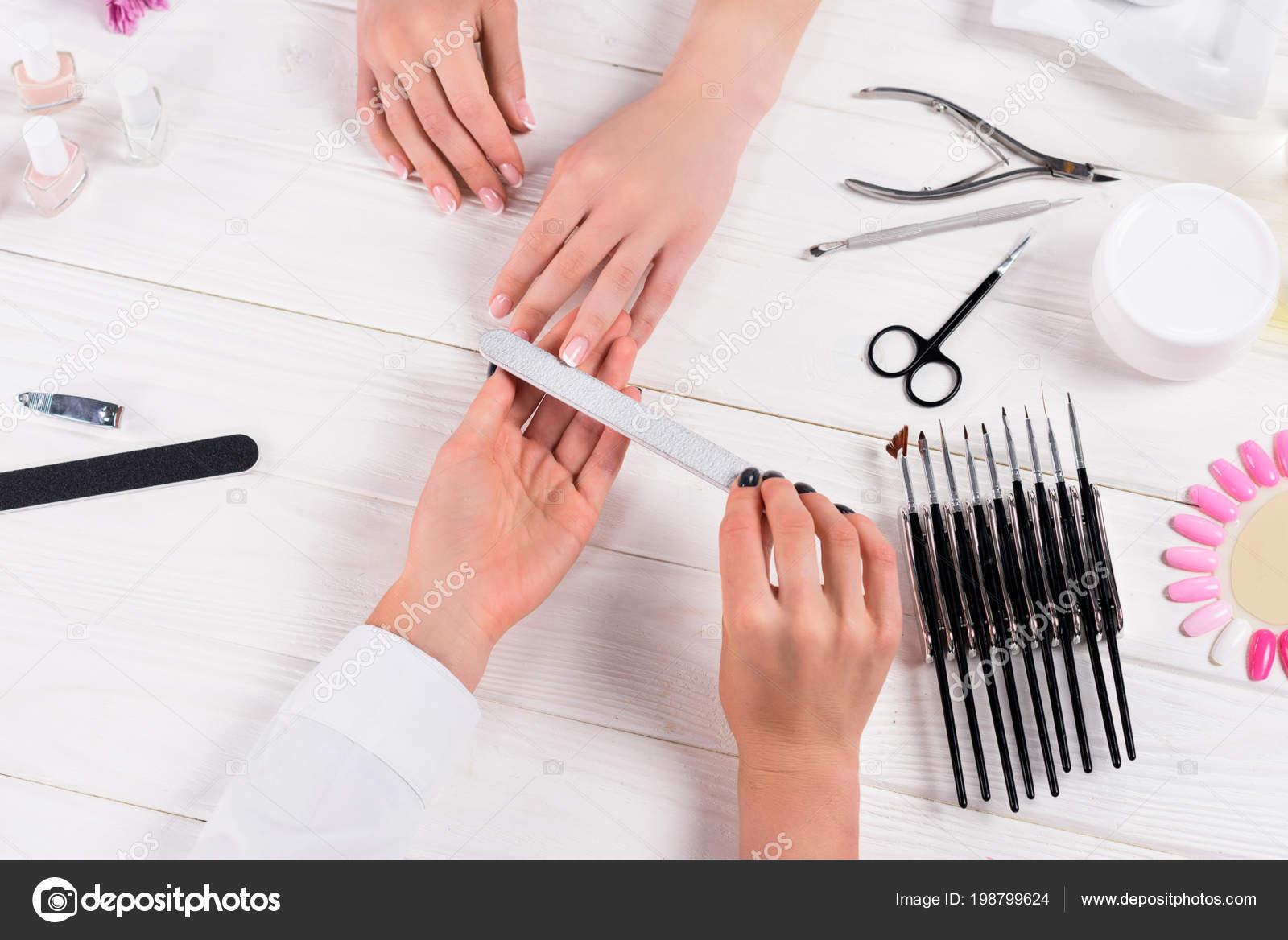 Tavolo Da Lavoro Per Estetista : Immagine potata estetista che manicure lima unghie donna tavolo