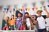 Fotografie begeistert junge Menschen Spaß haben und feiern zusammen im Innenbereich
