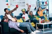 Fotografie Veselý mladí lidé popíjeli pivo a baví doma párty