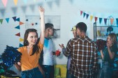 Happy mladých lidí pro zábavu a párty doma