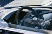 Fotografia Chiuda sulla vista del volante su auto nera