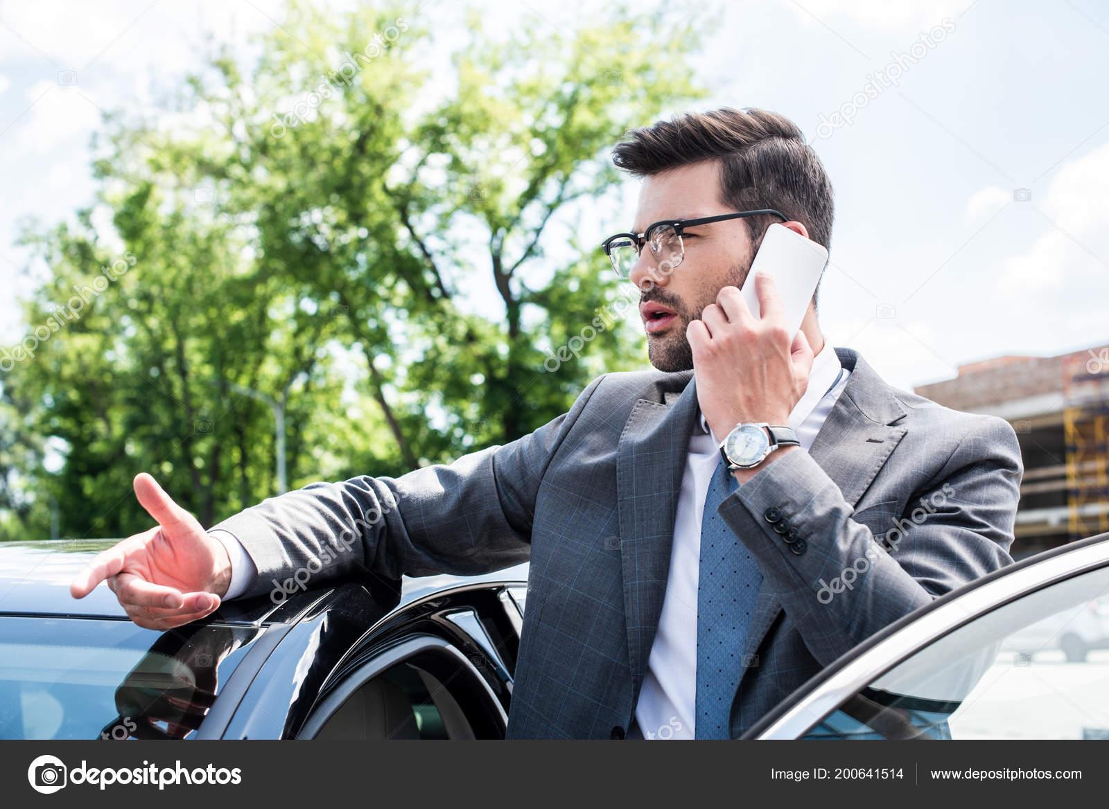 954f52a7bd Empresario Gafas Hablando Teléfono Inteligente Estando Cerca Coche Calle —  Foto de Stock