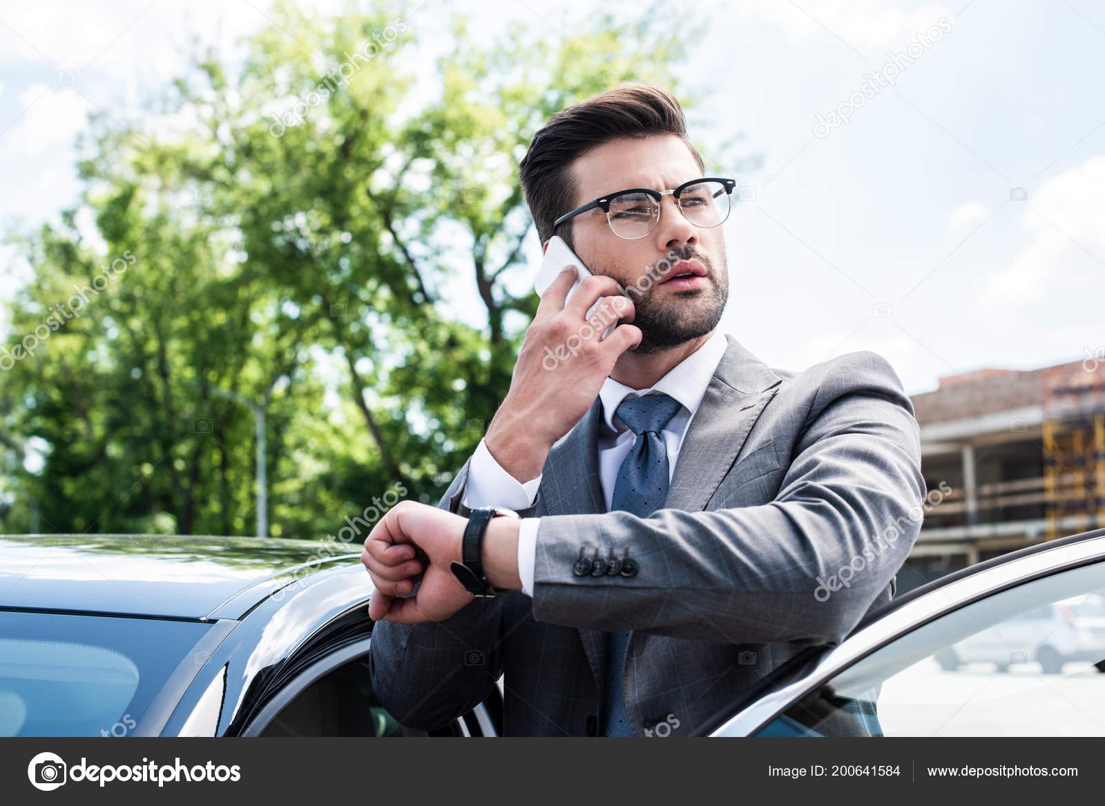 aed11fad67 Retrato Empresaria Gafas Hablando Teléfono Inteligente Estando Cerca Coche  Calle — Fotos de Stock