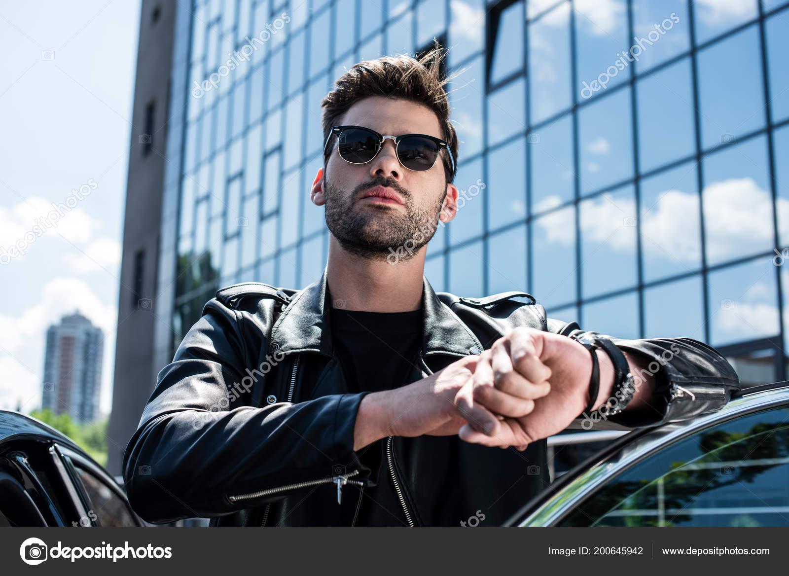 Vista Ângulo Baixo Homem Estiloso Jaqueta Couro Óculos Sol Tocando —  Fotografia de Stock fda468a81e