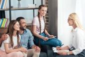 ženské poradce psaní do schránky na terapii rodiny s dcerou v úřadu
