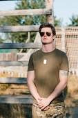 Fotografie portrét mladého vojáka v sluneční brýle na rozsah