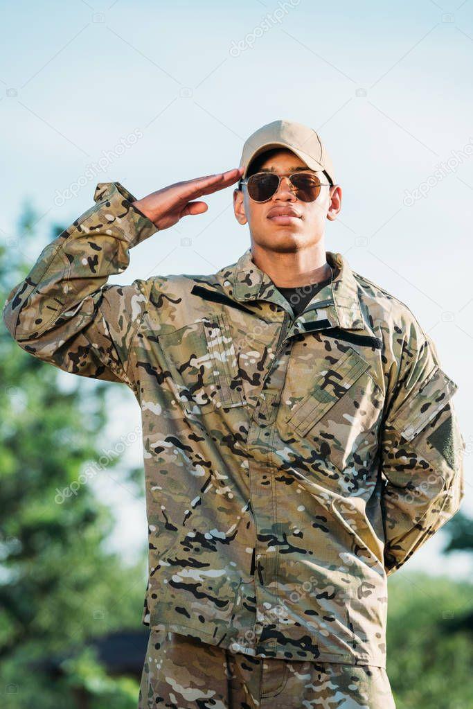 делаю фото военных в кепках и очках демон