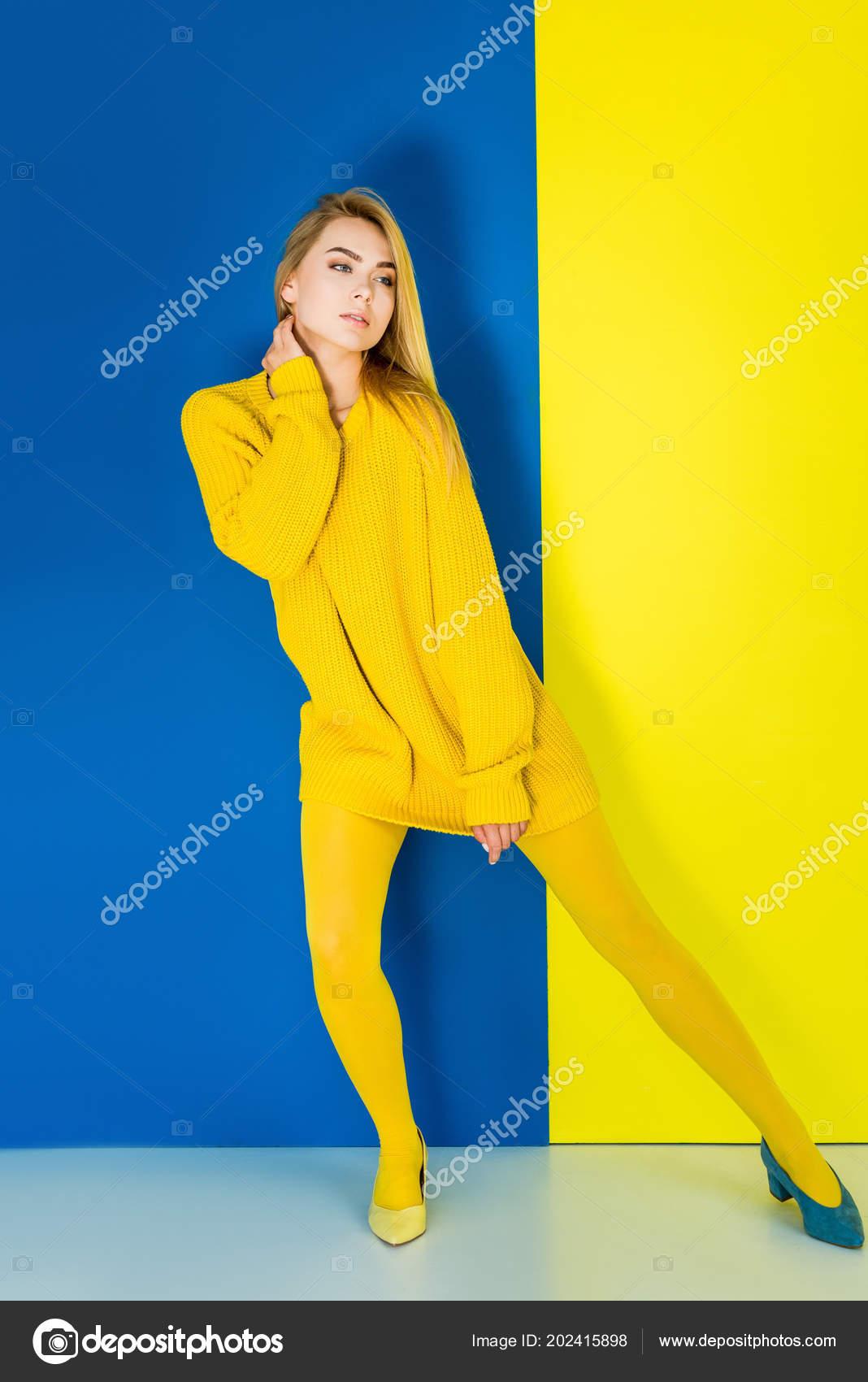 42071d3779a9 Γυναικεία Μόδα Μοντέλο Κίτρινα Ρούχα Και Ένα Μπλε Παπούτσι Μπλε– εικόνα  αρχείου