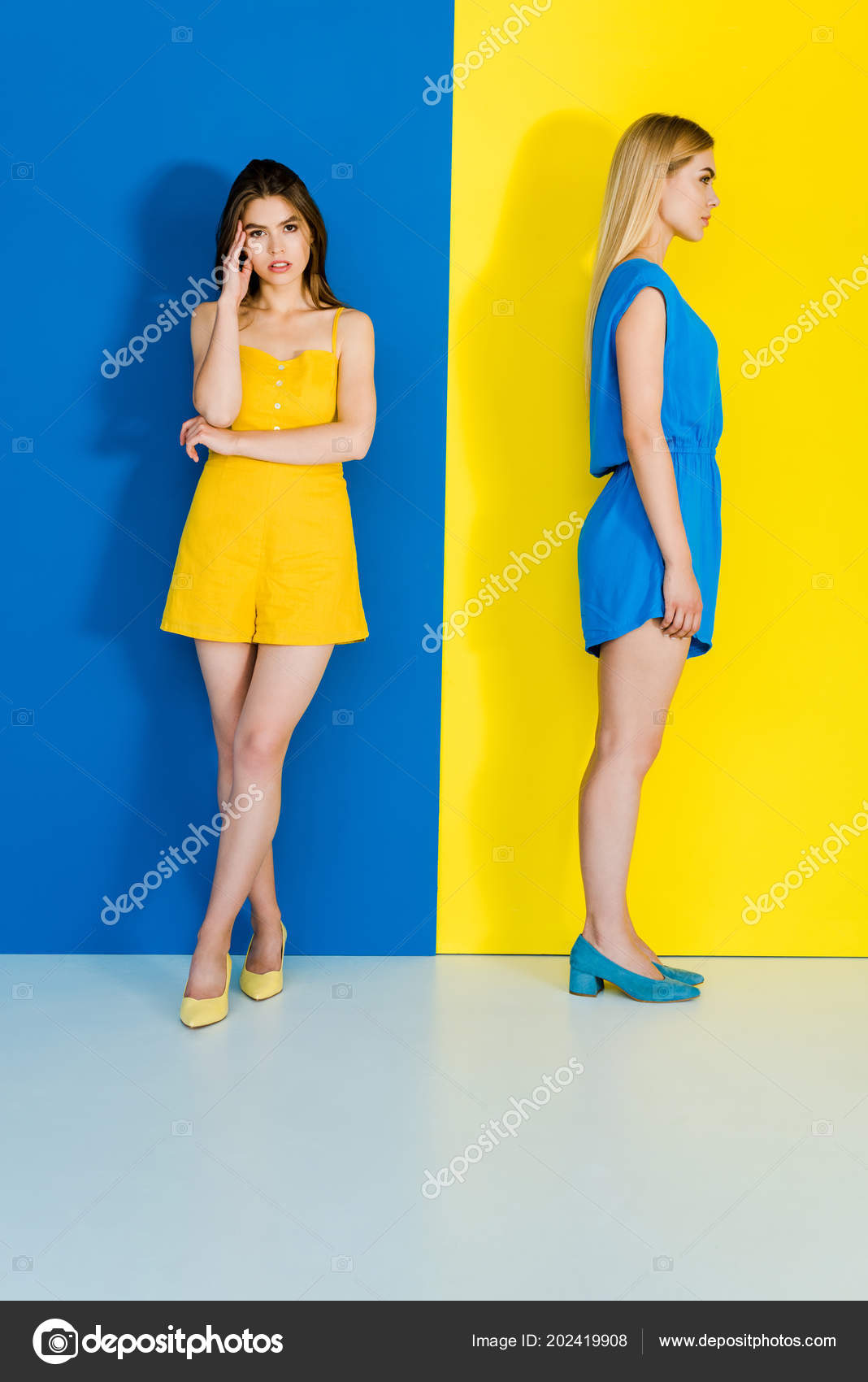 87aa27b1d Retrato Longitud Completa Mujeres Ropa Verano Azul Amarillo Fondo Contraste  — Foto de Stock