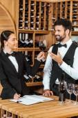 dva správci víno dělat degustační společně v obchodě s vínem