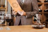 az ember a tweed zakó olvasás menüben: a bor tárolására levágott lövés
