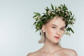 Photo attractive blonde girl in floral wreath, isolated on grey