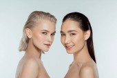 Fotografia elegante nude ragazze multiculturale, isolate su grigia, naturale bellezza