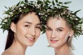 multikulturális nők látszó-on fényképezőgép, szürke, természetes szépség elszigetelt virág koszorúk