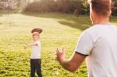 oříznutý snímek otce a syna hrát s rugby míč v parku