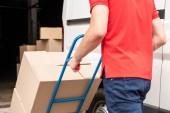 Fényképek vágott lövés a szállítási férfi karton dobozok a szállítás-kosár