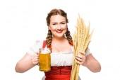 Oktoberfestkellnerin in bayerischer Tracht mit einem Becher Leichtbier und Weizen auf weißem Hintergrund
