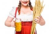 Fotografie zugeschnittenes Bild der Wiesn-Kellnerin in Bayerischer Tracht mit Weizen und Becher Leichtbier isoliert auf weißem Hintergrund