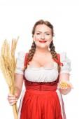 Oktoberfestkellnerin in bayerischer Tracht mit Brezeln und Weizenähren auf weißem Hintergrund