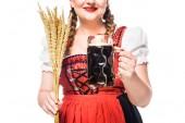 Fotografie zugeschnittenes Bild der Wiesn-Kellnerin in Bayerischer Tracht Holding Tasse dunkles Bier und Weizen isoliert auf weißem Hintergrund