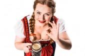 Erhöhte Ansicht der Wiesn-Kellnerin in Bayerischer Tracht halten Tasse dunkles Bier und ok Anzeichen isoliert auf weißem Hintergrund