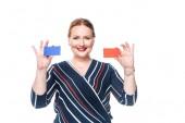 Fotografia donna di affari felice che presenta biglietti da visita colorati vuoti isolati su priorità bassa bianca