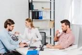 tým úspěšných obchodních partnerů bavit v konferenční místnosti moderní kancelář