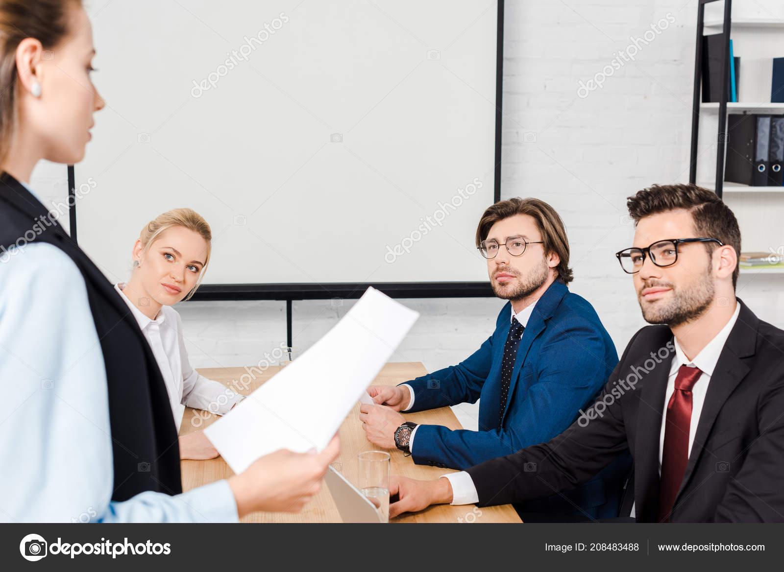 Groupe partenaires commerciaux ayant séance bureau moderne