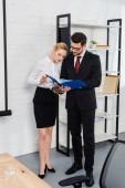 úspěšné obchodní partnery o papíry v moderní kanceláři