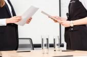 Oříznout záběr podnikatelky s dokumenty v moderní kanceláři