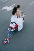 Svatební pár na koni scooter s čerstvě vdaná srdce znamení a barevné plechovky na stužky