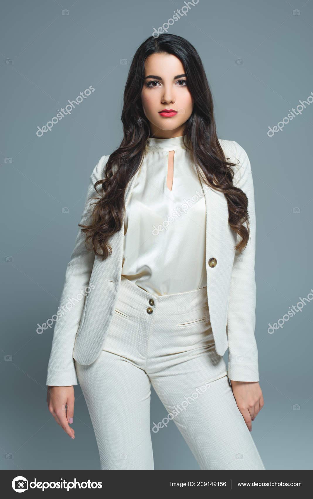 reputable site 0d2d8 422ae Donna Attraente Vestito Bianco Elegante Isolata Grey — Foto ...